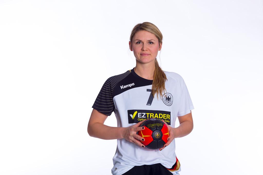 Die deutsche Handball-Nationalspielerin posiert im Studio vor weißem Hintergrund
